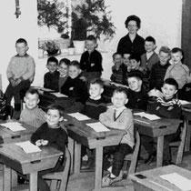 Klassenfoto klas 1 1962 - 1963   Met Juffrouw Combrach en o.a.  Jos Bertrand, Hub Boesten, Theo van de Broek, Fred Brounen, Hub van Grinsven, Pierre Grooten, Bert Grootjans,  René Heuts, Boy (Hub) Huyerjans, Frits Kattenstaert, Ad Meessen, Léon Mölenberg,