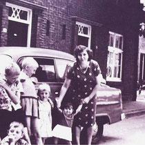 Paralellstraat 1964  v.l.n.r. Sjef Marell, Johan Vellinga, Willie Gort, Wilma Vellinga,  Marlies Marell, mevrouw Marell en op de hurken Mattie Marell