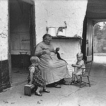 Mien Kleintjens met kleinkinderen  De grote dag in huize Kleintjens was op 24 augustus 1928 toen er een dubbele bruiloft was van twee dochters, Pauline en An. Lei was dol op zijn kleinkinderen.