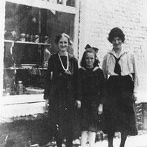 De hof word een doorgangshuis voor veel families Ik het linkerhuisje sterft in 1894 de arbeider Jacquemont, zijn vrouw met 6 dochters en een zoon, begint een groentewinkeltje hier drie dochters van Jacquemont bij de winkel van Laurens Snackers
