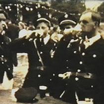 Joep Smink (tweede v.l.) en Piet Kersten (r.) bij 100 jarig bestaan van Harmonie St Bavo