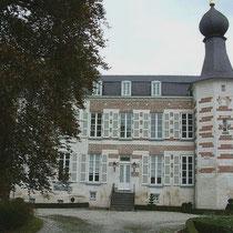 Kasteel Reymersbeek, gelegen ten noorden van de dorpskern,  is een in mergel opgetrokken, deels onderkelderd tweelaags gebouw, met een achtzijdige hoektoren voorzien van een spits met ui-vormige bekroning.