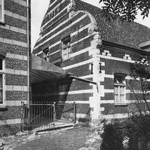zoals de in- en uitgezwenkte gevel uit 1734,van de stal.  In 1950 is een vleugel aan het complex toegevoegd. Het interieur heeft enkele betimmeringen en een schouw in Lodewijk XV-stijl.