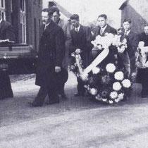 Begrafenisstoet van de op 16 november 1936 in de Oranje Nassau 3 mijn, verongelukte Loe Meens