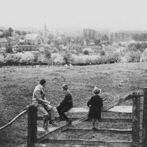 Albert, Zef en Mia Crapels kijken in 1935 over Vaesrade
