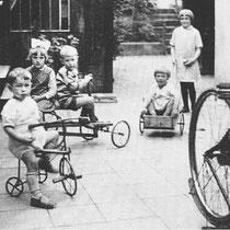 Spelende kinderen tussen de woning van de familie Leunissen en de muur (L) van het grondstuk van Dr. Starmans De derde van links ( op de 'vliegende hollander') is waarschijnlijk Hein Leunissen, met de meisjes Annie en Sjan Gerards