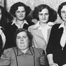 Mevr. Haagmans met haar vier dochters