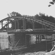 Een nieuwe betonnen brug werd onder de oude metalen brug gebouwd