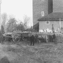 Voor de verbreding van de weg moesten diverse graven worden 'geruimd'