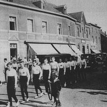 """De vereniging was een onderdeel van """"De Jonge Werkman"""", en kreeg de naam """"Gymnastiek Vereen De Jonge werkman"""".  Er werd er niet alleen geturnd, maar er werden ook toneeluitvoeringen georganiseerd."""