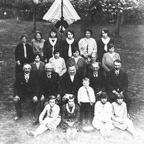 Deze uitsluitend mannenvereniging werd opgericht in de 19e eeuw. Ze hadden een lappenvlag, die bestond uit elf verschillende kleuren. Hier het bestuur van de Bulscherclub met jeugd