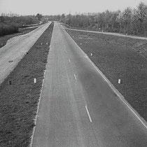 TIJDSCHEMA AANLEG A76  1937 Start aanleg nieuwe rw76 Neerbeek - Heerlen over 12 km (enkelbaans)   8-12-1938 Viaduct in aanbouw over tracé rw76 bij Nuth ingestort   24-3-1951 Openstelling Geleen – Nuth met één rijbaan (1x2)   31-10-1952 Openstelling Nuth