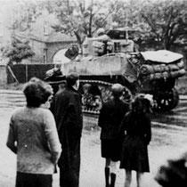 Sherman tanks rollen het centrum van Nuth binnen, op de Stationstraat, op de achtergrond huis Crombach