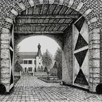 Het voorplein wordt grotendeels omsloten door de U-vormige kasteelhoeve met in de lage voorvleugel een vierkante, verhoogde middenpoort met ingesnoerd tentdak. Het poortgebouw is midden-17de-eeuws, de hoeve draagt het jaartal 1705.