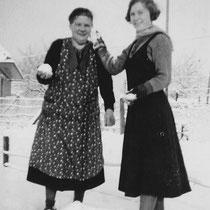 Mevr. Koopmans met dochter Troutje in de tuin achter hun woning in de St Bavostraat