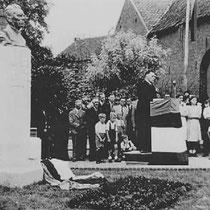 Onthulling van het monument voor Henri Hermans, door pastoor Helgers