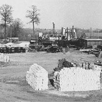 Nuth. Vissers Wegenbouw  ENSINK asfaltmolen.  Asfalt maken was een arbeidsintensief werk,  het benodigde zand en grind moest per kruiwagen naar de molen worden getransporteerd, de vulstof per zak en ook het stoken van de stoomketel was natuurlijk handwerk