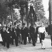 Aan de aankoop van uniformen hoefde helemaal niet gedacht te worden.   In 1947 werd voor de eerste keer,  in het Gelderse Brummen, deelgenomen aan een concours   In 1960 werden de eerste uniformen aangeschaft