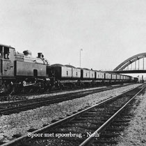 Spoorbanen met kolentrein, op de achtergrond de eerste gelaste spoorbrug van Nederland