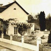 Een erfenis stelt Frans de Wever in staat, om in 1875 het grote witte huis te bouwen, waaruit later de bekende villa de Wever ontstaat.