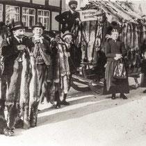 Schlittenfahrt zum Pelzfellmarkt in Atstätten, 1930. v.l.n.r.: Räss Hans (Böhl),Gantenbein (Eichberg), Rempfler Joh. (Hirschberg), Menet (Gais), Räss Franz (Böhl), Dähler Joh. Anton (Kräzern) m. Frau Maria, Rempfler Benedikta (Hirschberg), Pers. unbekannt