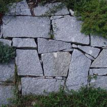 Schlichtung trocken mit unregelmäßigen Granitmauersteinen