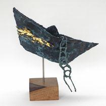 Boot aus Pappmache mit Bronzepatina und mit Blattgold vergoldeten Flügeln - 32x31x22 cm (HxBxT) - montiert auf geölten Sockel aus Nussbaum - Titel: Abschied und Aufbruch