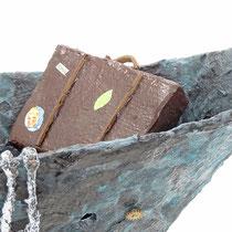 Boot aus Pappmache mit Bronzepatina, Figur und Strickleiter  - 40x46x15 cm (HxBxT) - Titel: Was erwartet mich?