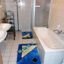 Badezimmer mit Badewanne und separater Dusche