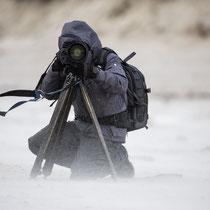 Andreas Keil versteckt und schützt sich und Material vor dem »Sandsturm«