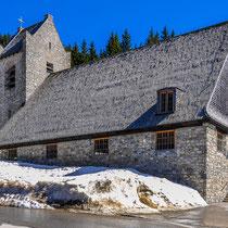 Die Kirche St. Bernhard am Spitzingsee. Dort oben auf knapp 1100m ist noch Winter.