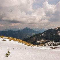 Auf dem Wanderweg 651 bekommt man nach dem Aufstieg durch den Wald oberhalb der Rosengasse diese Aussicht Richtung Chiemgauer Alpen geboten...