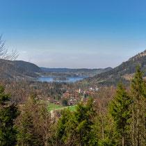 Blick auf den Schliersee auf dem Weg zurück vom Spitzingsee ins Tal. Unten ist schon der Frühling eingekehrt.