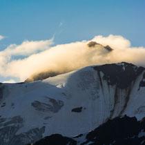 Von Wolken umhüllte Gipfel am Morgen