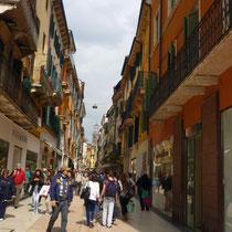 Ich hab übrigens vor das edelste Kaufhaus in Verona einen schönen Haufen gesetzt.Frauchen fand das gar nicht sooo witzig....völlig humorlos,diese Menschen.
