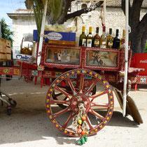 ....ein alter sizilianischer Eselskarren zur Limobar umfunktioniert.Als Frauchen das erste mal hier war,fuhren die noch auf den Strassen.