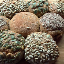 Kleine Samenbrötchen gebacken