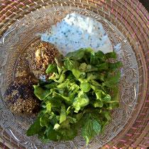 Fleischbällchen mit Feta, Kräutersauce und Kräutersalat