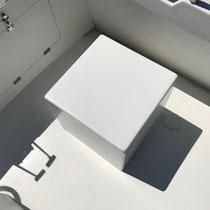 Cube en polyester blanc.