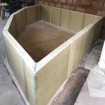 Création des cloisons du bassin en mousse de polyuréthane stratifié.
