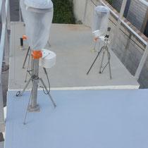 Revêtement polyester armé sur toit de cabine en fibre de verre.