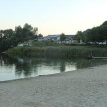 Blick auf See und Gaststätte in der Abenddämmerung