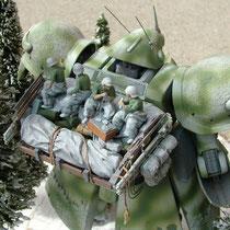 「MSは表面温度が高い」らしいので、載ってる歩兵たちは半脱ぎで遊んでいます。