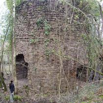 Vestiges d'un des trois fours de grillage du minerai de fer (sidérite) conservé à Saint-Martin-d'Arrossa