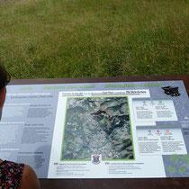 Table d'information au départ des promenades archéologiques