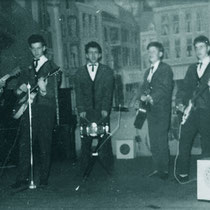 THE MOVING STRINGS (Dongen 1962) vlnr: Leo v/d Wee, Hennie Willemen,  John Willemen,  Kees Bogers en Hans Vorstenbosch.