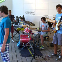 Rockband beim Auftritt im Rosenfelspark