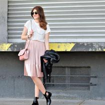 Das ganze Outfit mit der Trendfarbe rosé, hier der Link zum Plisseérock