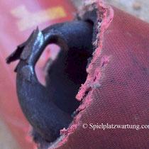 Versteckter Materialverschleiß einer Schaukelaufhängung.