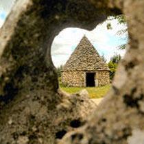 gariotte de Biargues à travers une pierre trouée